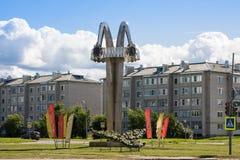 Kotlas Arkangelskaya region, Ryssland - Augusti 16, 2017: Stela `-honnör av seger`, Ett av symbolerna av Kotlas var etablerat in Arkivfoto