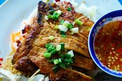 """Kotlett med ris mat för gata för tradition på för en vit platta†""""i Vietnam arkivfoton"""
