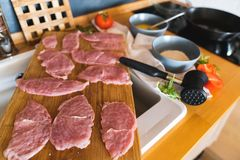 Kotletter av kalkonkött på en skärbräda i köket Arkivbilder