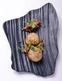Kotletter av lammet med aubergine kritiserar på brädet Royaltyfri Bild