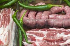 Kotletter, bacon och korvar för grillfest arkivfoton