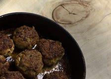 Kotletter för nytt kött i ett stekpannagaller arkivfoton