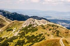 Kotlowa Czuba, δύσκολες αιχμή Zadni Ornak και κορυφογραμμή βουνών Kominiarski Wierch στο υπόβαθρο στα δυτικά βουνά Tatras σε Pola στοκ εικόνες