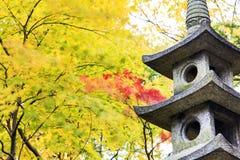 Фонарик Kotoji в саде Kenrokuen Стоковое Изображение RF