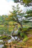 Kotojitoro lykta i den Kenrokuen trädgården av Kanazawa, Japan Royaltyfria Bilder