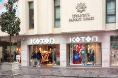 Koton shoppar fönster på den Istiklal avenyn, Istanbul arkivfoton