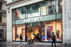 Koton shoppar f?nster p? den Istiklal avenyn, Istanbul royaltyfri fotografi