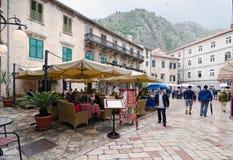 Kotor。街道咖啡馆 免版税库存照片