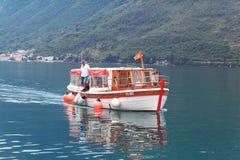 Kotor, Черногория - 16-ое июня: люди на шлюпке отклонения, яхта в заливе Kotoron 16-ое июня 2014 Стоковое Изображение RF