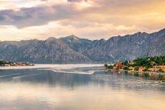Kotor-Bucht in Montenegro vor schönem Sonnenaufgang mit kleinen Dörfern und ruhigen Wasser lizenzfreie stockfotos