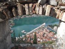 Kotor den gamla staden som ses från stadsbefästningen Arkivbilder