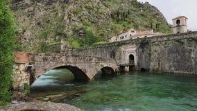 kotor montenegro 老石曲拱桥梁和北部门 股票录像