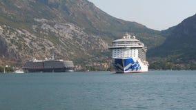 Kotor, Montenegro-agosto 22,2017: Navegación en la bahía de Boka Kotorska cerca de trazador de líneas de la travesía almacen de metraje de vídeo