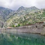 KOTOR MONTENEGRO - Augusti 03, 2014: Panorama av väggen av fästningen runt om staden av Kotor, Montenegro Arkivfoton