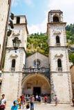 Kotor, Montenegro - Augustus 10, 2015: De kathedraal van heilige Tryphon met toeristen in de oude stad van Kotor, Montenegro Royalty-vrije Stock Fotografie