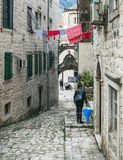 Kotor Montenegro, Balkans, 24 01 2015 Narrow stenlade gatan av t Arkivfoton