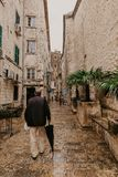 KOTOR, MONTENEGRO, 20 11 2018: Calles estrechas hermosas de la ciudad vieja Kotor después de la lluvia, Montenegro - Imagen fotos de archivo libres de regalías