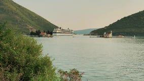 KOTOR, MONTENEGRO - 27 DE JULIO DE 2018 Barco de cruceros de la constelación de la celebridad de GTS que sale de la bahía de Koto almacen de video