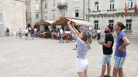Kotor, Montenegro - 27 de junio de 2017 La gente joven lanza un abejón en la parte histórica de la ciudad vieja Abejón que vuela  almacen de metraje de vídeo