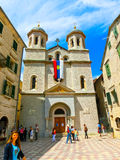 Kotor, Montenegro - 7 de maio de 2014: St Nicholas Serbian Orthodox Church na cidade velha do ` s de Kotor imagem de stock royalty free