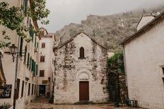 KOTOR MONTENEGRO - 30 10 2018: Gammal stad av Kotor Kotor är en stad på kusten av Montenegro och lokaliseras i den Kotor fjärden  fotografering för bildbyråer