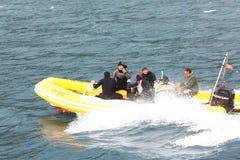 Kotor, Montenegro - JUNI 16: duikers in het duiken kostuums op een motorboot op 16 Juni, 2014 Royalty-vrije Stock Foto's