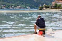 Kotor Montenegro - Juni 24, 2015: Gamal manfiske på den Kotor fjärden Kotor placeras i den mest avskilda spetsen av den Boka Koto Royaltyfri Bild