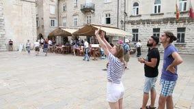 Kotor, Montenegro - 27. Juni 2017 Junge Leute starten ein Brummen im historischen Teil der alten Stadt Brummen, das hoch fliegt stock video footage