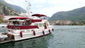 Kotor, Montenegro - 27. Juni 2017 Kapitän der Yacht ist ein älterer Mann, der bei Tisch sitzt und Tablette liest Schön stock video