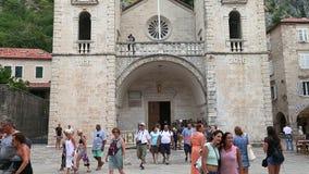 Kotor, Montenegro - 28. Juni 2017 Kathedrale von Heiliges Tryphon-Quadrat in der alten Stadt Menge von den Touristen, die Foto ma stock video footage