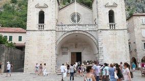 Kotor, Montenegro - 28. Juni 2017 Kathedrale von Heiliges Tryphon-Quadrat in der alten Stadt Tlting oben Menge von Touristen balk stock video