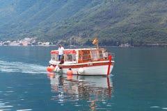 Kotor, Montenegro - 16. Juni: Leute auf dem Exkursionsboot, Yacht in der Bucht von Kotoron am 16. Juni 2014, Stockbild