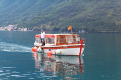 Kotor, Montenegro - 16. Juni: Leute auf dem Exkursionsboot, Yacht in der Bucht von Kotoron am 16. Juni 2014 Lizenzfreies Stockbild