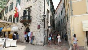 Kotor, Montenegro - 28. Juni 2017 Timelaps-Touristen, die durch alte Stadt gehen Menge von Touristen Balkon mit Flagge stock video footage