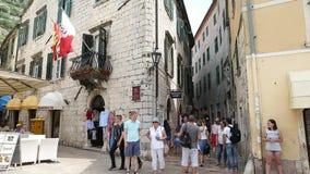 Kotor, Montenegro - 28. Juni 2017 Touristen, die durch alte Stadt gehen Menge von Touristen Balkon mit Flagge Montenegro stock video footage