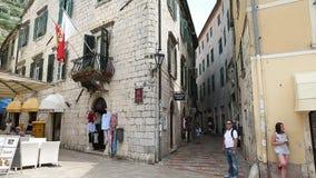 Kotor, Montenegro - 28. Juni 2017 Touristen, die durch alte Stadt gehen Merkwürdigere Mann- und Mädchensitzung touristen balkon stock footage