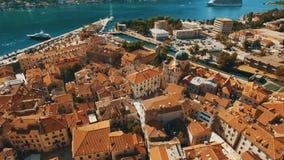 Kotor, Montenegro Lanzamiento aéreo del abejón de la ciudad vieja por el mar y las montañas metrajes