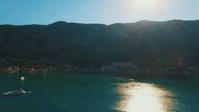 Kotor, Montenegro Powietrzny trutnia krótkopęd stary miasteczko górami i morzem zbiory wideo