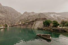 Kotor, Montenegro Vecchia fortezza di Cattaro, Montenegro in autunno tardo Torre e parete, montagna all'immagine di sfondo fotografia stock libera da diritti