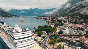 Kotor, Montenegro - 09 06 2018: Vista superior de la bahía con el trazador de líneas amarrado de la travesía almacen de metraje de vídeo