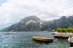 08-2016 Kotor Piękna krajobrazowa zatoka Bok Kotorska blisko miasteczka Luta, Montenegro, Europa Luta, Montenegro - Obrazy Stock