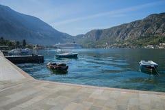 Kotor-Promenade durch das adriatische Meer mit Booten und Kreuzschiff Lizenzfreies Stockbild