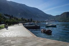 Kotor-Promenade durch das adriatische Meer mit Booten und Kreuzschiff a Lizenzfreie Stockfotografie