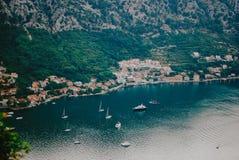 Kotorbaai van de piek van Lovchen-berg in Kotor stock foto's