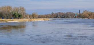 Kotorosl河在雅罗斯拉夫尔市,城市海滩的看法在早期的春天 库存图片