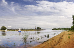 Kotorosl-Fluss yaroslavl Russland lizenzfreie stockfotografie