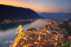 Kotorstad en Kotor-baai, Adriatische overzees, Montenegro - beeld van vesting St John, die boven de Oude scène van de stadsnacht  royalty-vrije stock fotografie