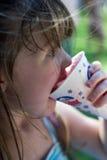 kotte som äter flickasnowbarn Arkivfoto