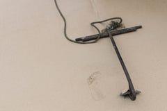Kotwica na plaży dla łódkowatych kotwic Zdjęcie Royalty Free
