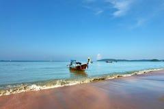 kotwicowa łódź opuszczający łatwy longtail miejscowy Zdjęcia Stock
